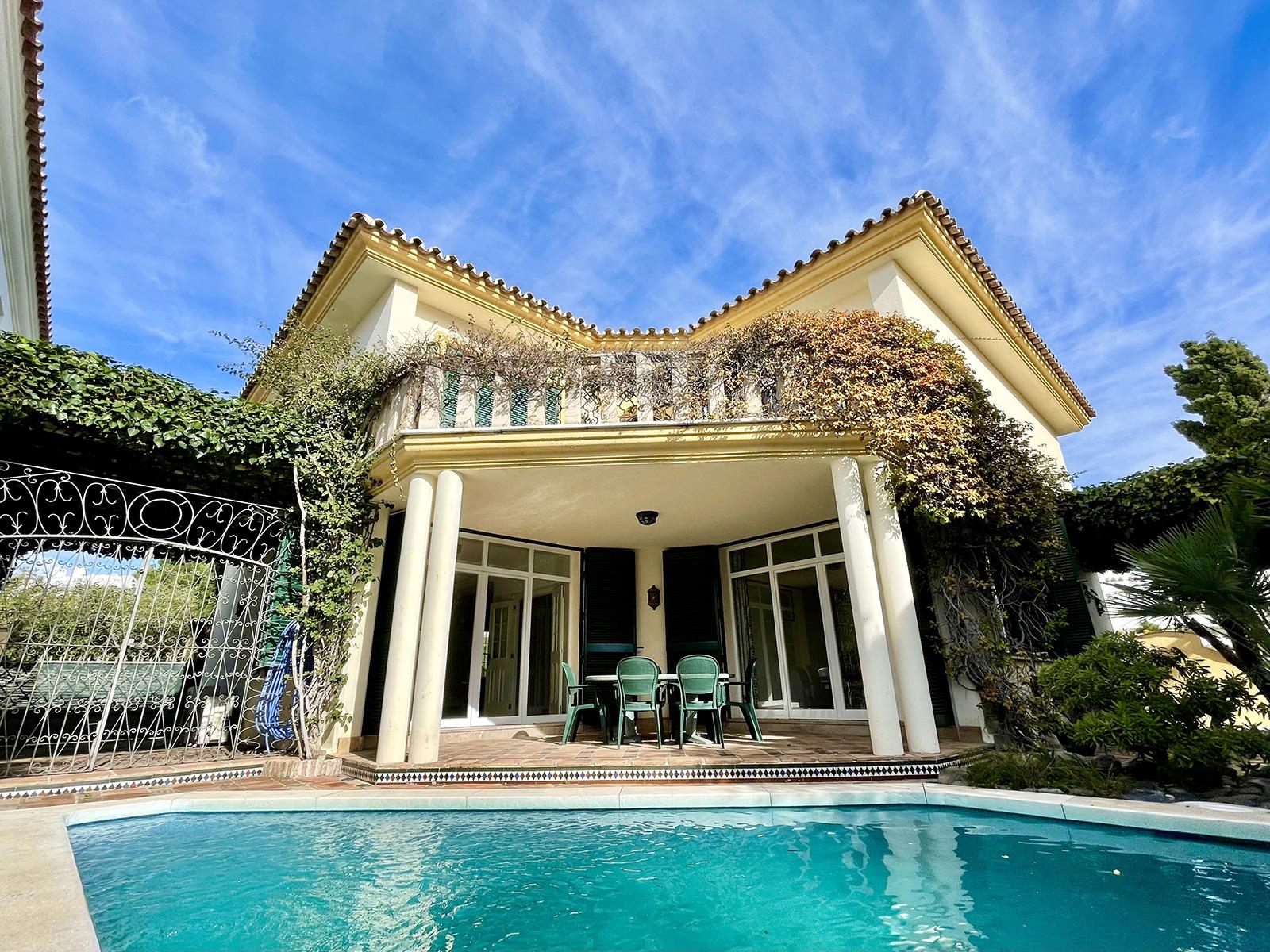 Villa independiente al lado de la playa en Guadalmina Baja