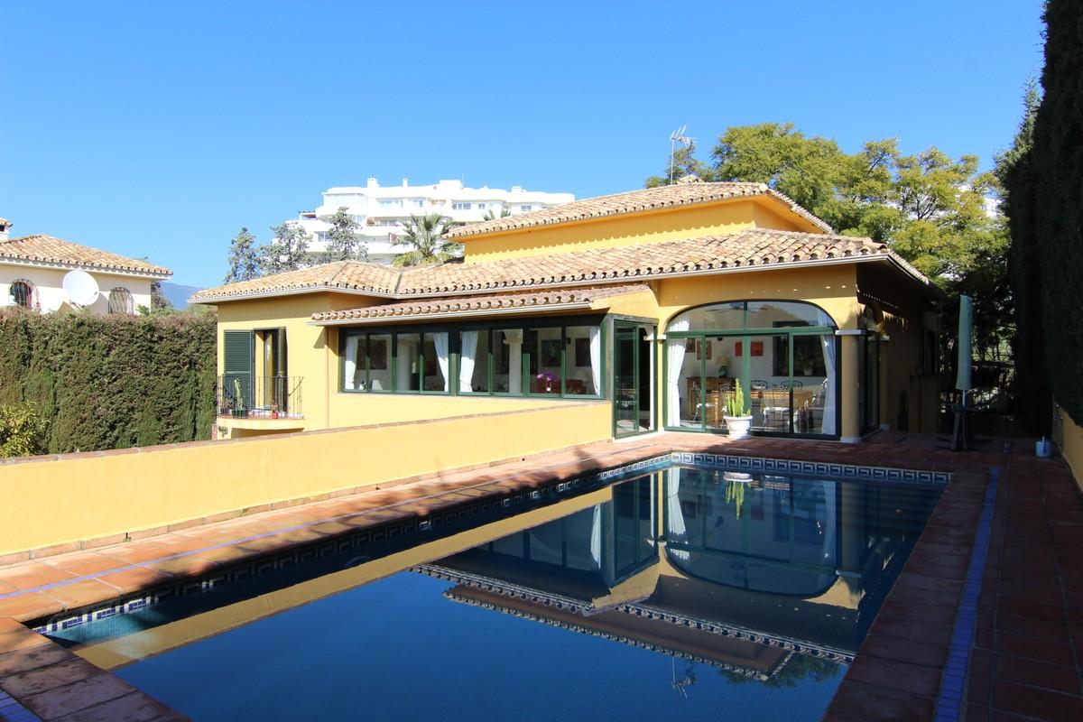 Opportunity!! Frontline Golf Villa in Guadalmina Alta