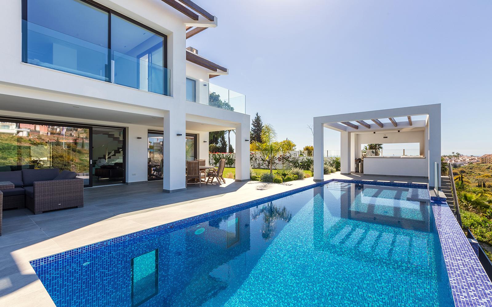 Fantastic Contemporary Style Villa in El Paraiso Alto Overlooking El Paraiso Golf Course.