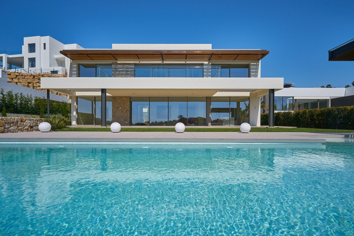 New Contemporary Villa with Golf Views in Benahavis