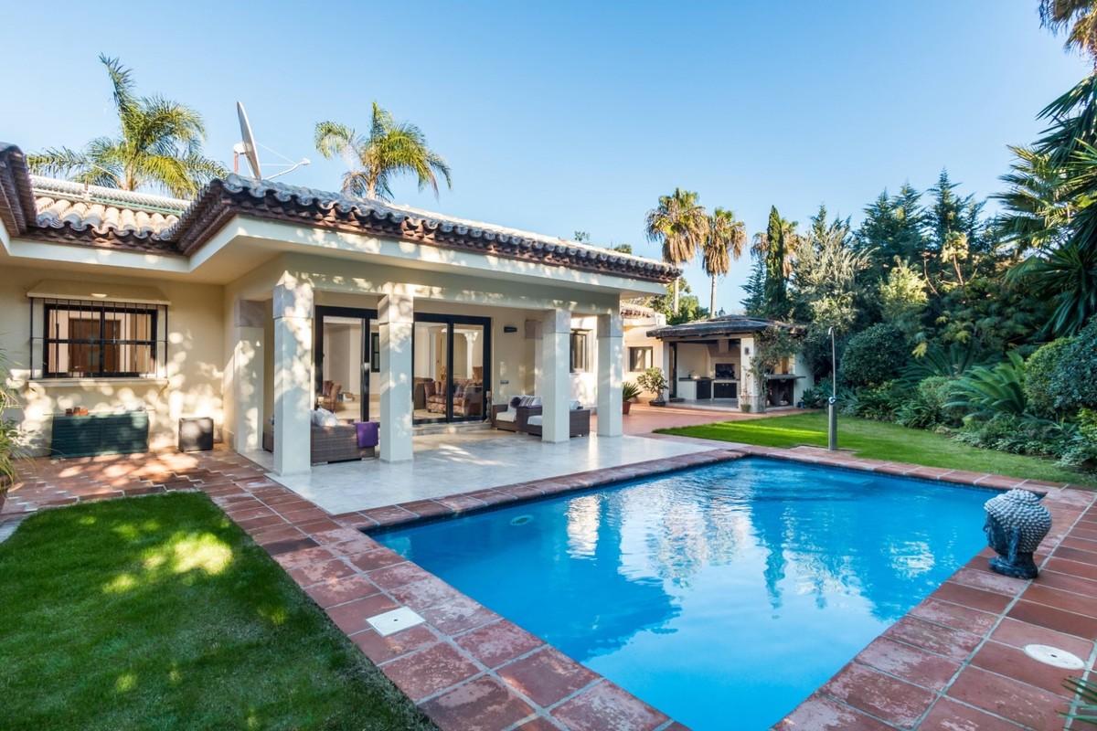Magnificent Newly Renovated Villa in El Paraíso Bajo