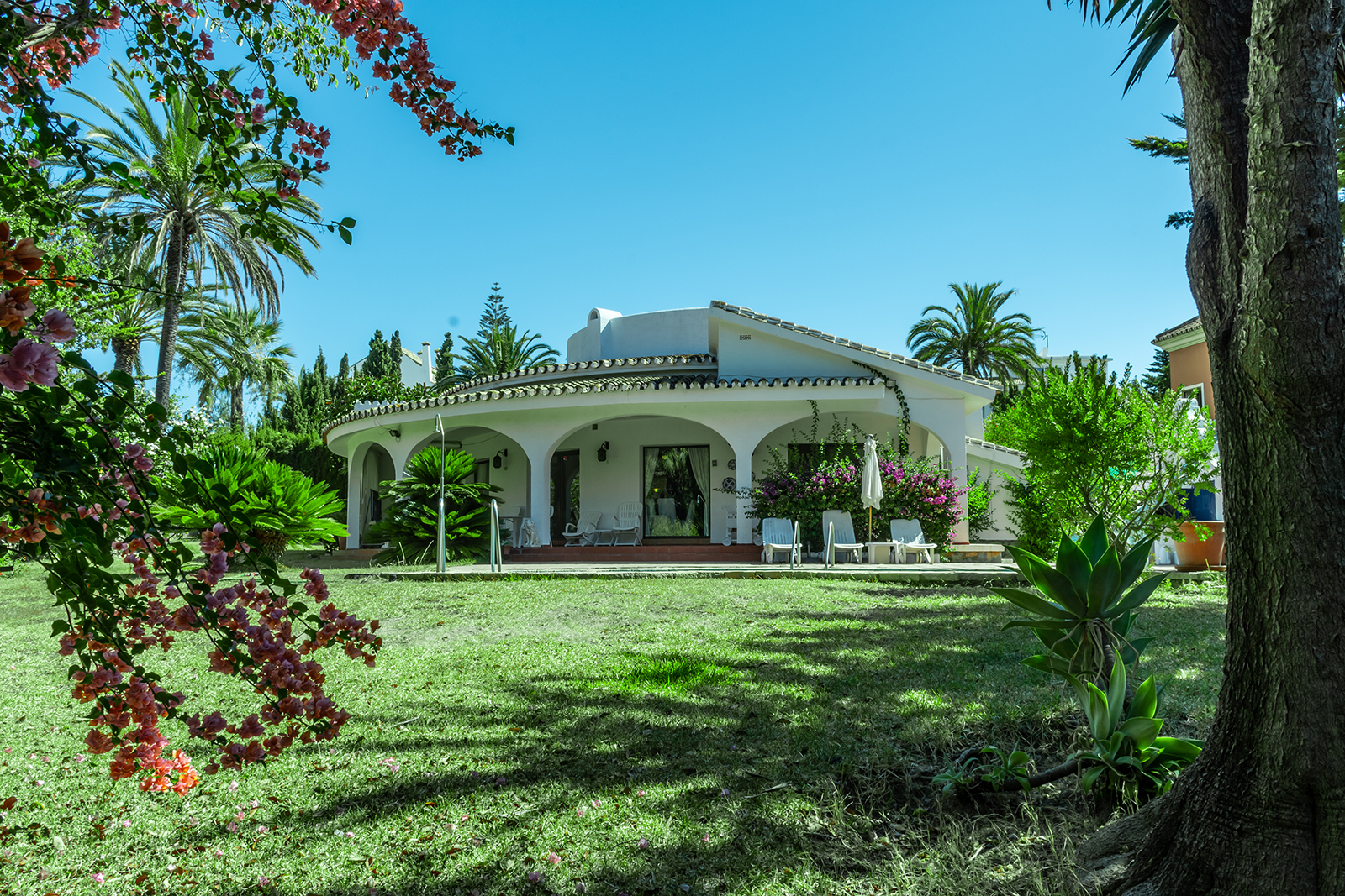Fantastic Villa in Unbeatable Location 100 m. From One of the Best Beaches in Marbella