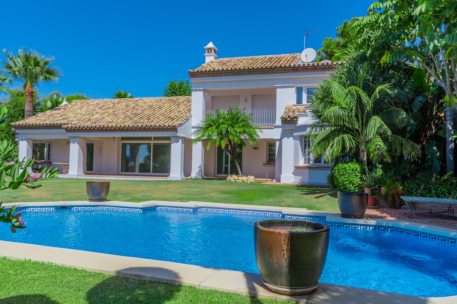 Luxury Contemporary 5 bedrooms Villa in Secured Complex in Altos Reales