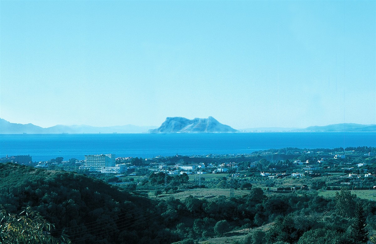 Wonderful elevated large flat 2.957 m2 plot with license and panoramic sea views in the New Golden Mile