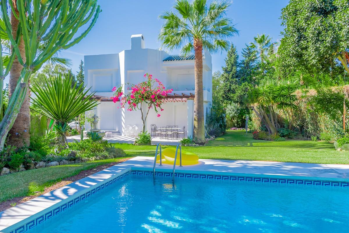 Villa Contemporánea con Vistas a La Concha en Los Naranjos Golf