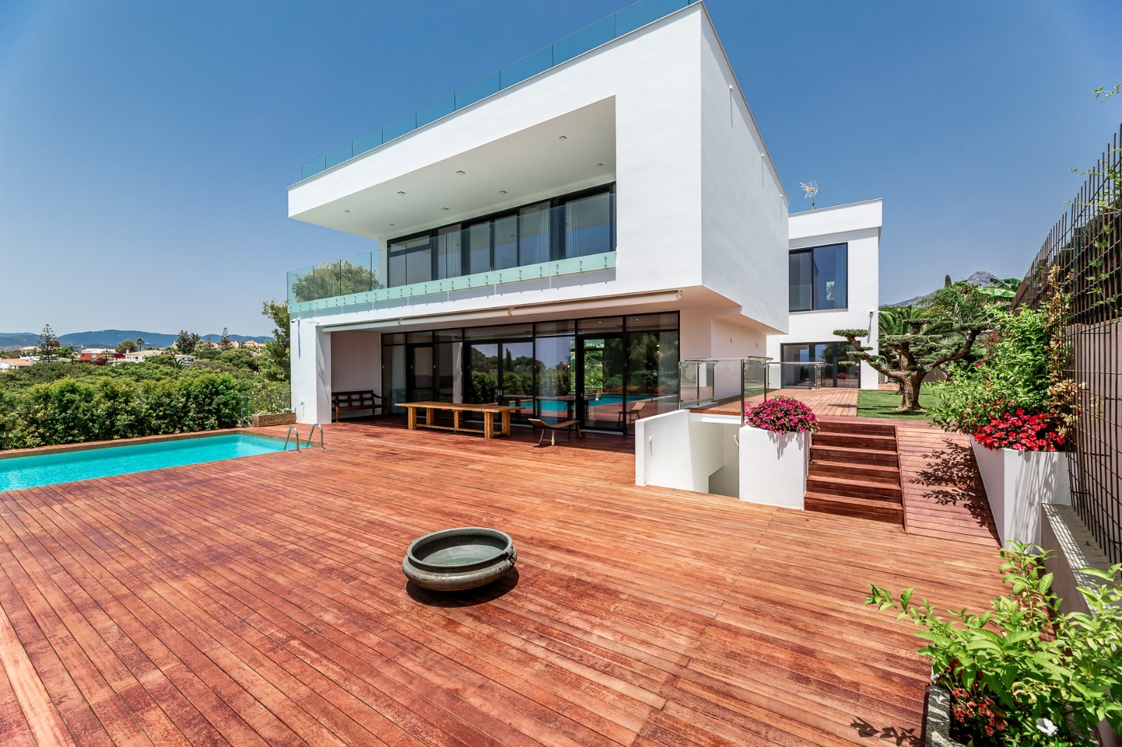 Modern Luxury Villa with Wonderful Views to the Sea in the Heart of Nueva Andalucía