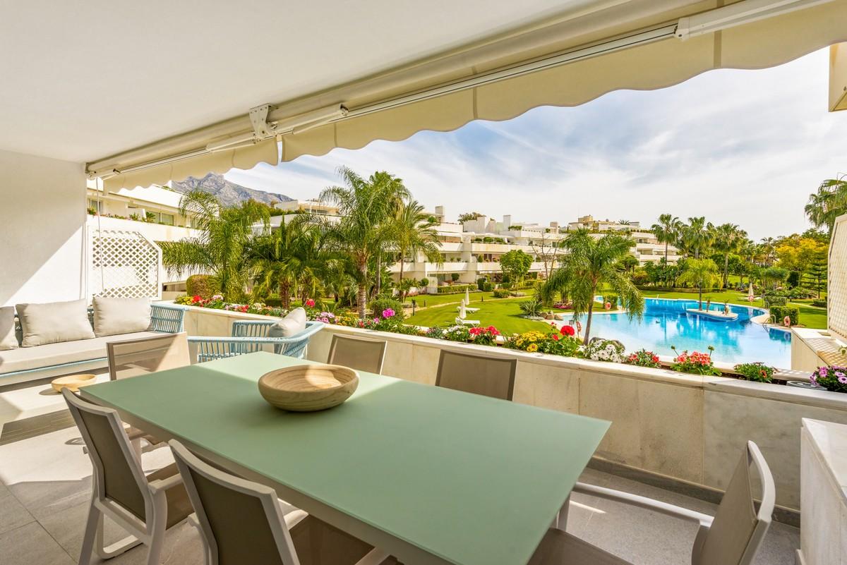 Apartamento reformado en complejo de lujo en Nueva Andalucía