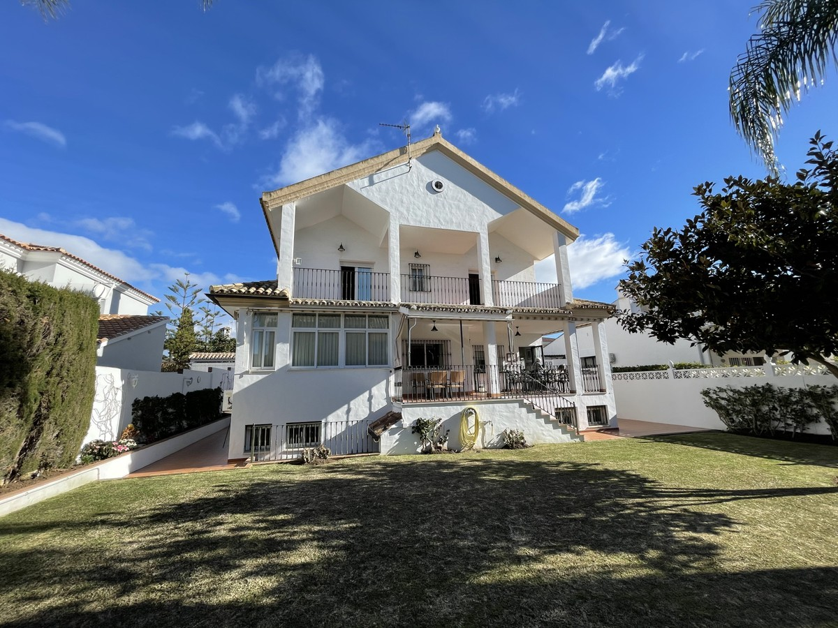 Beautiful Villa with Sea Views only 350 m from the Beach in El Rosario