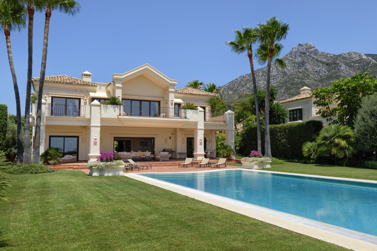 Luxury Traditional 5 Bedrooms Villa Located in the Golden Mile