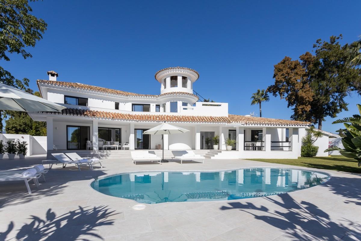 Villa renovada que representa la alegría del sol en Guadalmina Alta