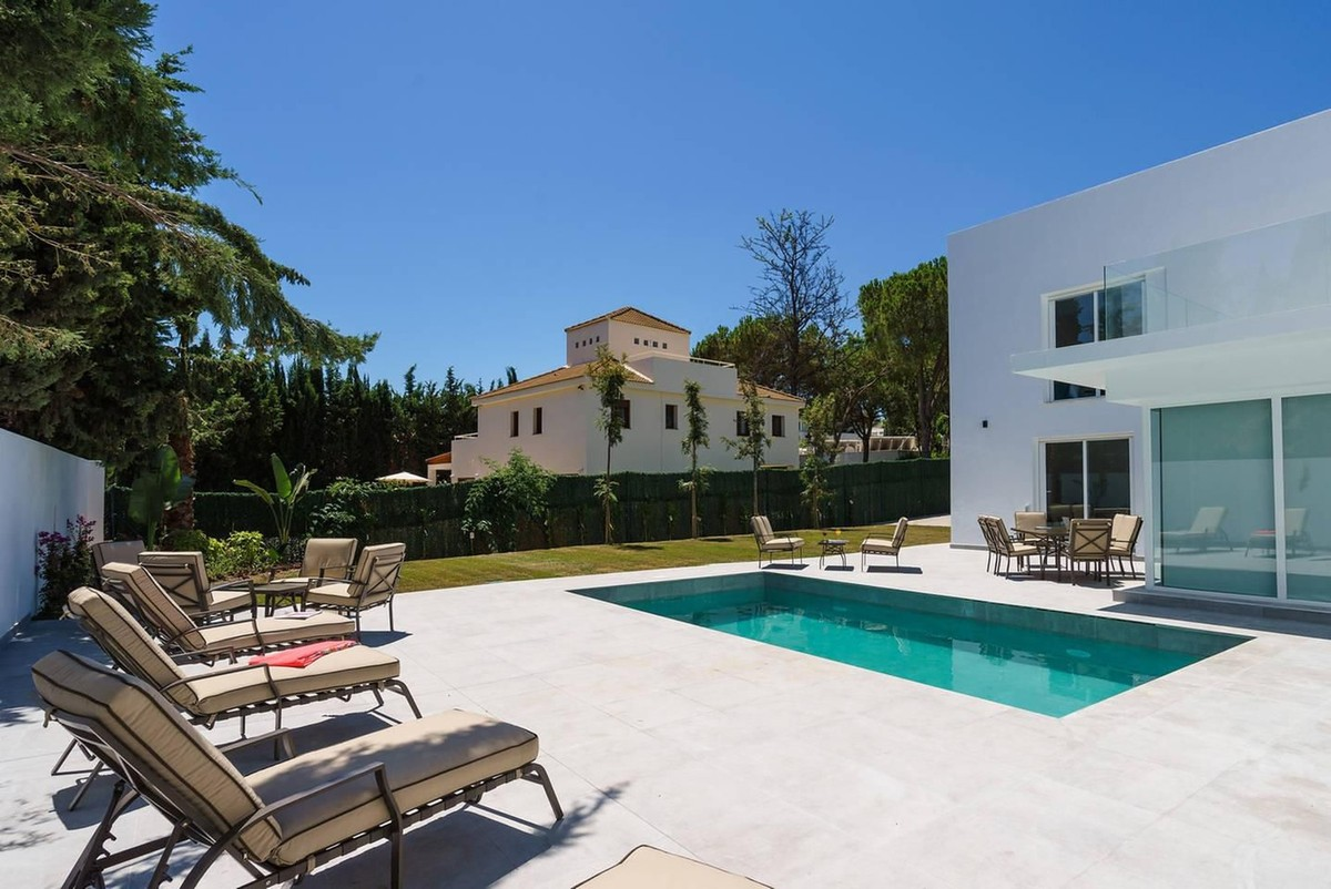 Luxury Renovated 6 Bedrooms Villa in the Heart of the Golf Valley