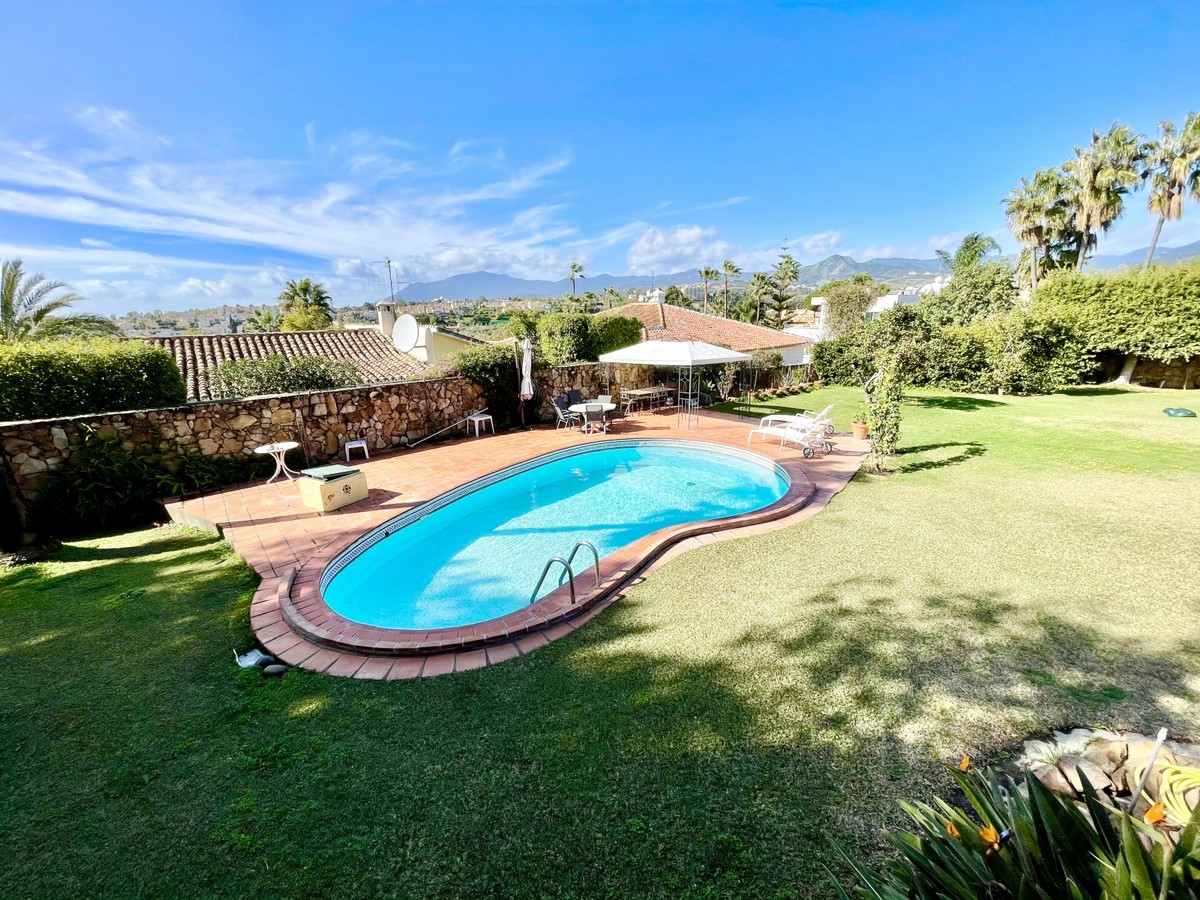 Cozy Bungalow Style Family Villa in Guadalmina Alta!