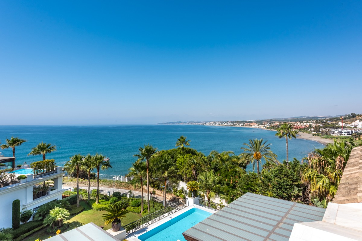 Penthouse with panoramic sea views in Estepona