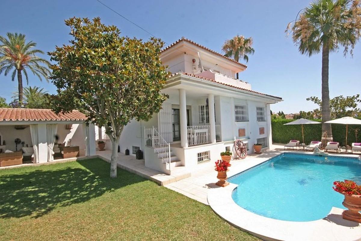 Bright 5 bedrooms villa in El Paraiso area
