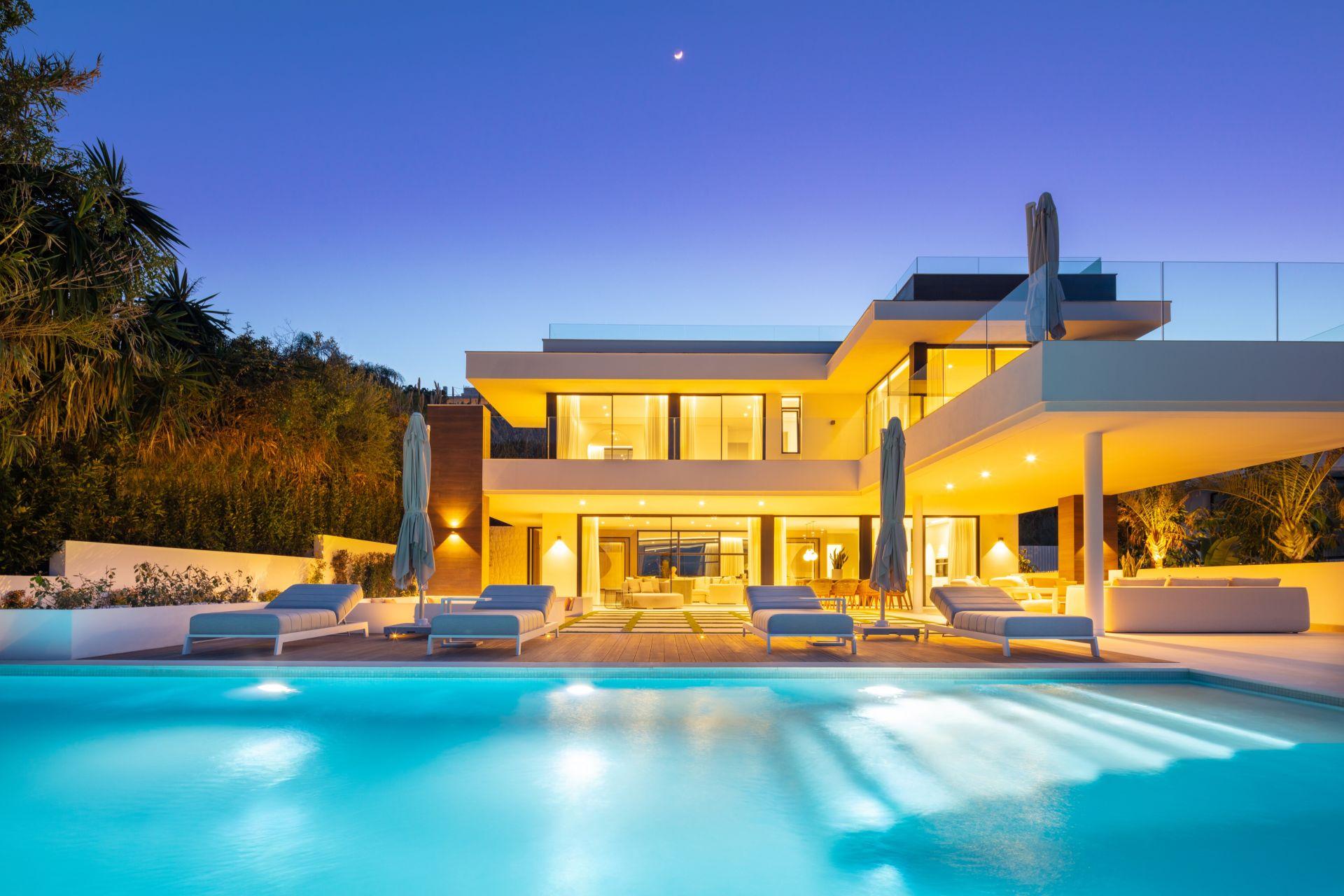 Lujosa villa de estilo LA ubicada en el corazón de Nueva Andalucía