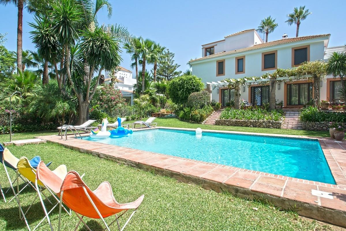 Luxury 6 Bedrooms Villa in Nueva Andalucía