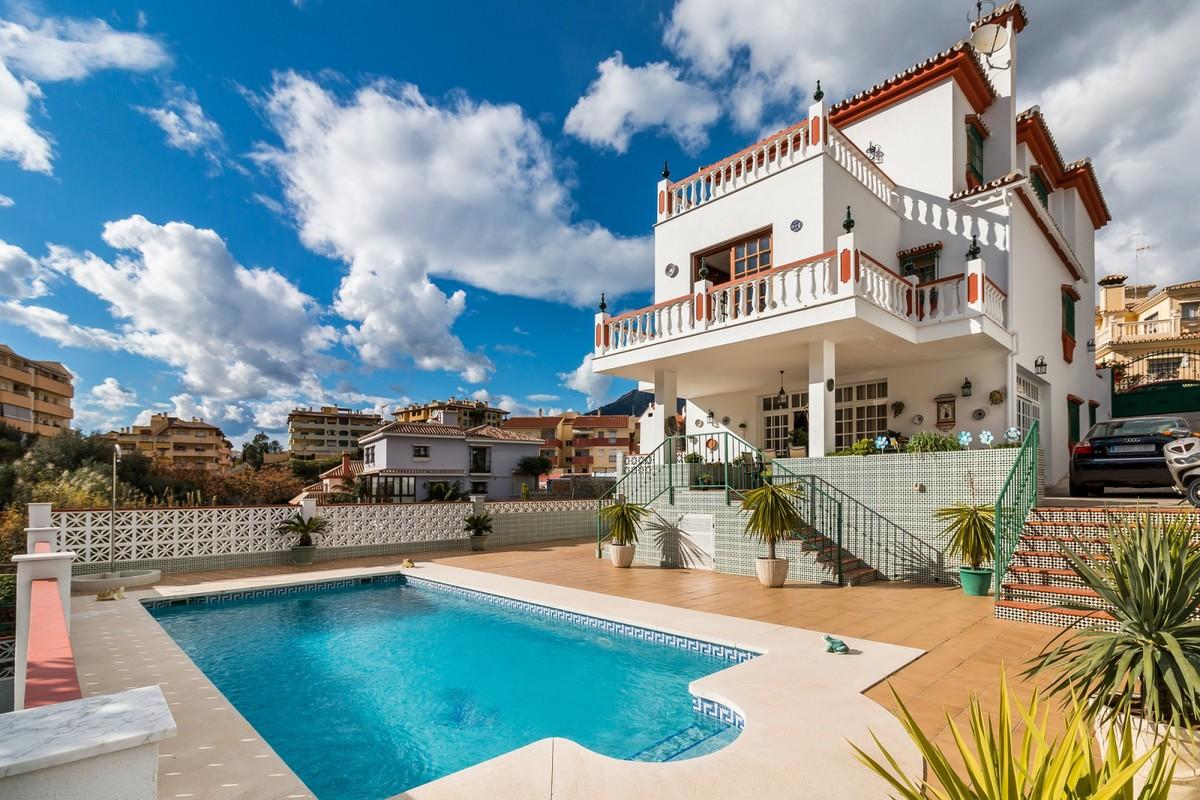 Villa a poca distancia de la playa en el corazón de Marbella