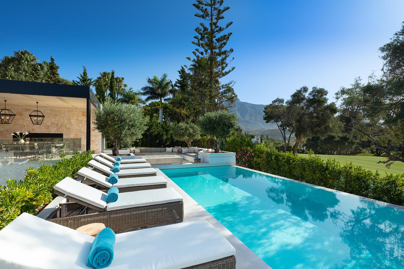 Villa mediterránea en primera línea de golf en Aloha