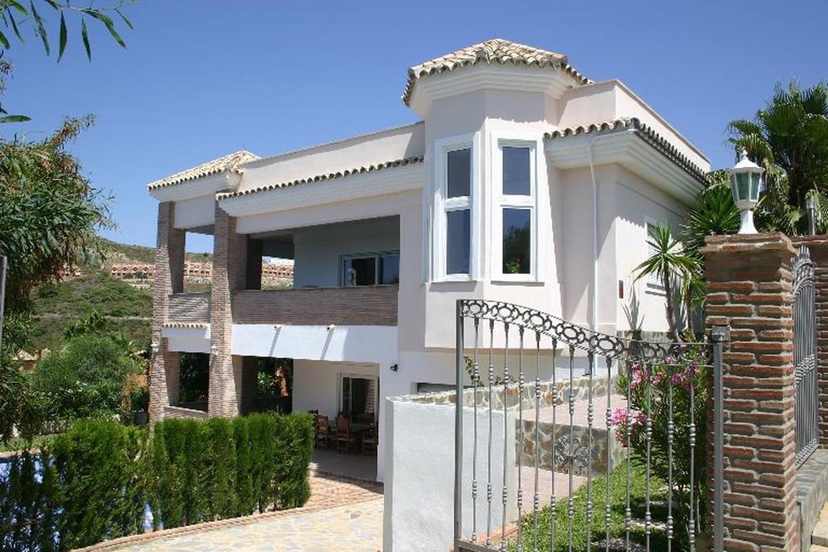 Contemporary 6 bedrooms villa in La Alquería area