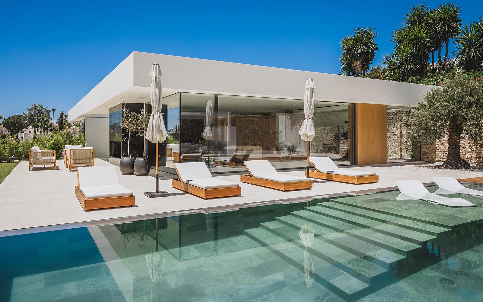 Villa contemporánea de estilo ibicenco en el Valle del Golf